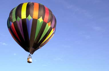Hot air baloon aloft.